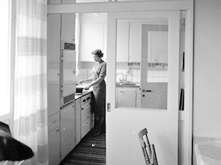 KÖKETS HISTORIA kvinna lagar mat
