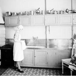 KÖKETS HISTORIA kvinna i kök